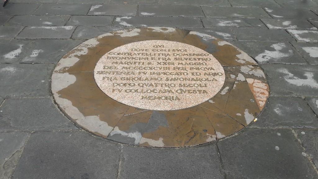 Floransa'da yönetimi ele geçiren Savonarola sadece dört yıl iktidarda kalmasına rağmen katı bir ahlaki program oluşturmuş, homoseksüellik için ölüm cezası getirmiş büyük pek çok sanat eserini ve kitapları törenle yaktırmıştır . Sonunda kendisi de kazığa bağlanarak yakılmıştır . Signoria Meydanı'nda yer de gördüğümüz bu plakette kazığa bağlanarak öldüğü yere göstermektedir.